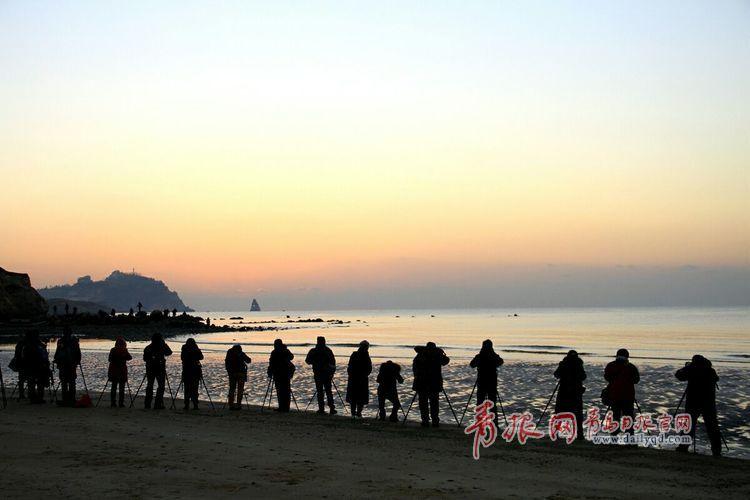 人和游客就齐聚石老人海滩
