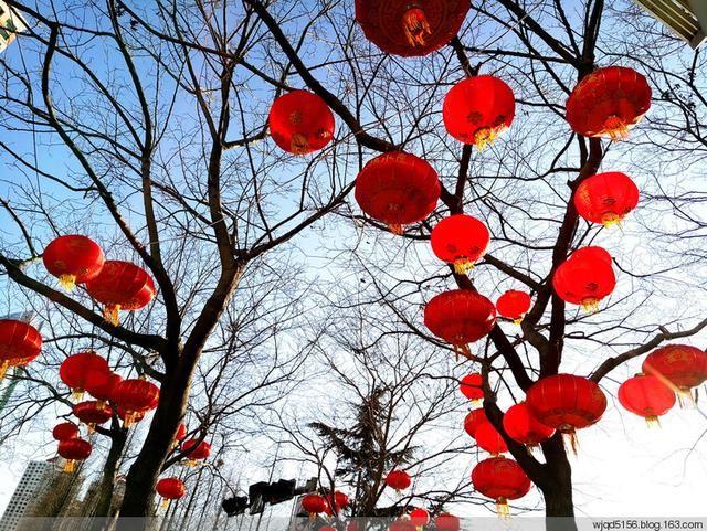http://news.qingdaonews.com/images/attachement/jpg/site1/20170124/0017c4e9274819f1345847.jpg /enpproperty-->   农历鸡年即将到来,近日,在青岛五四广场上矗立起巨幅红色雕塑,雕塑中以一个个不同字体的家字组合成巨大的一个福字,两边是剪纸手法的雄鸡唱晓和欢度2017春节的金色大字,寓意家和福乐多、鸡年再昂首。在香港路、东海路两侧路灯杆上和部分小区门口、商家门前等也悬挂起了红红的灯笼,吸