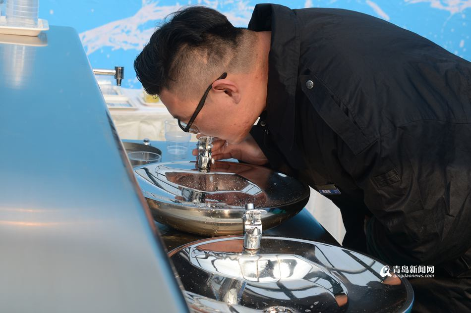 青岛新闻网1月25日讯(记者 朱颖)25日,青岛仙家寨水厂深度处理工艺正式投产运行,开始向市区供水。这是青岛首个采用臭氧、活性炭等深度处理技术的水厂。投产后,水厂每天可以向市区供水36.6万立方米,青岛市自来水的水质口感将更好。 仙家寨水厂深度处理工程是青岛市首个水厂深度处理工程,是在仙家寨水厂原有常规处理工艺的基础上,配套增加臭氧消毒、活性炭吸附自来水深度处理工艺。工程投资18380万元,由青岛中法海润水务有限公司承建并运行,施工单位青岛水务建设公司。工程于2016年3月开展前期工作,