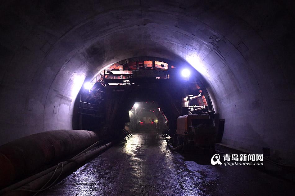 青岛新闻网2月22日讯(记者 孙志文 摄影报道)目前,青岛地铁1号线跨海隧道土建部分已经掘进4.7公里,开挖量占整个隧道区间工程的58%。今天,青岛新闻网记者实地探访了1号线海底隧道,在海平面以下80米的位置,记录了中铁三局工人们的施工过程。 从位于黄岛区的青岛地铁1号线瓦屋庄站-贵州路站区间隧道工程一标段施工斜井进入隧道,驱车十几分钟才赶到隧道的4.