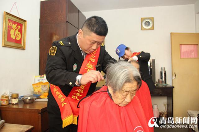也有平日里非常爱美的老人,自己提前准备了小镜子,准备理完头发好好图片