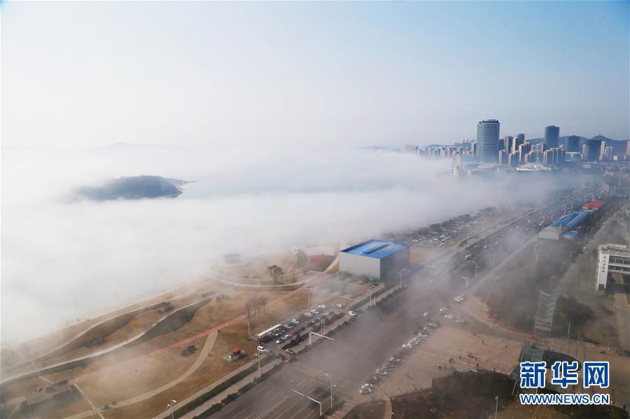 高清:青岛西海岸海滨现平流雾美景 宛若仙境