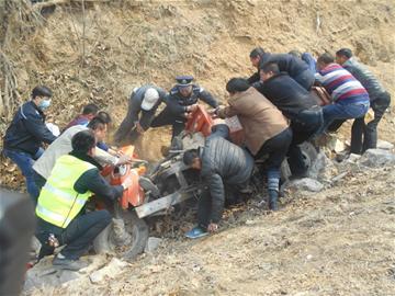 三轮车失控翻进沟内 十几名村民抬车救人