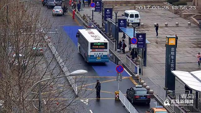 http://news.qingdaonews.com/images/attachement/jpg/site1/20170329/4c3488c538e81a45bdc901_small.jpg /enpproperty-->  火车站东出站口泰安路落客区,到火车站接送客的车辆可在红色落客区临时上下客人。 青岛新闻网3月29日讯(记者 陈志伟)今天,青岛新闻网从交警部门了解到,为了进一步规范青岛火车站周边的停车秩序,优化道路交通环境,交警部门近期在火车站东西广场周边新施划了黄色、蓝色、红色三种涂