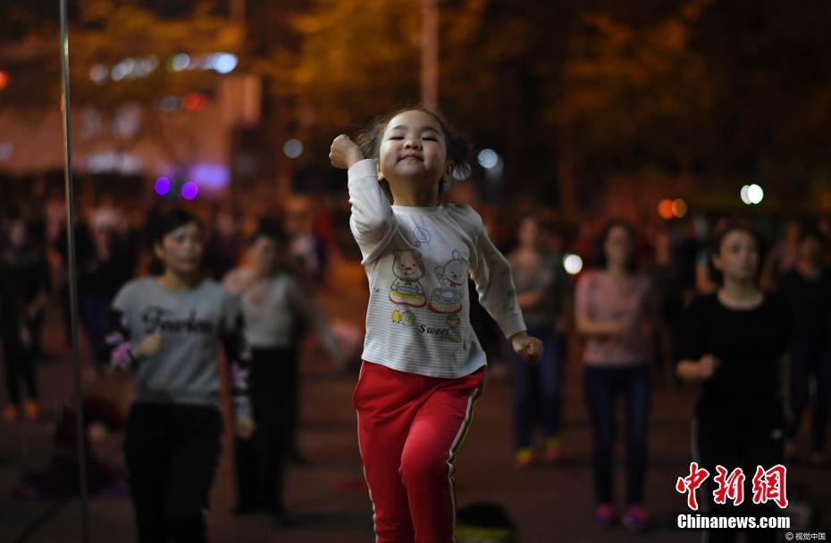 重庆5岁半女孩代兰静怡广场领舞 学跳舞两个月开始领舞