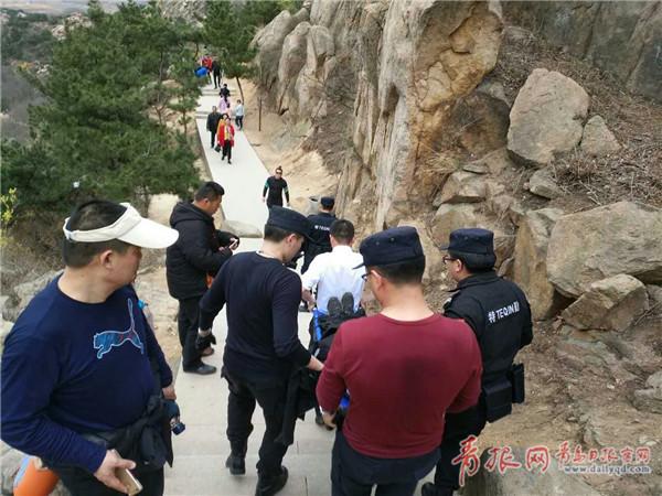 女游客爬山踩滑意外滚落 特勤队员10分钟登顶救援