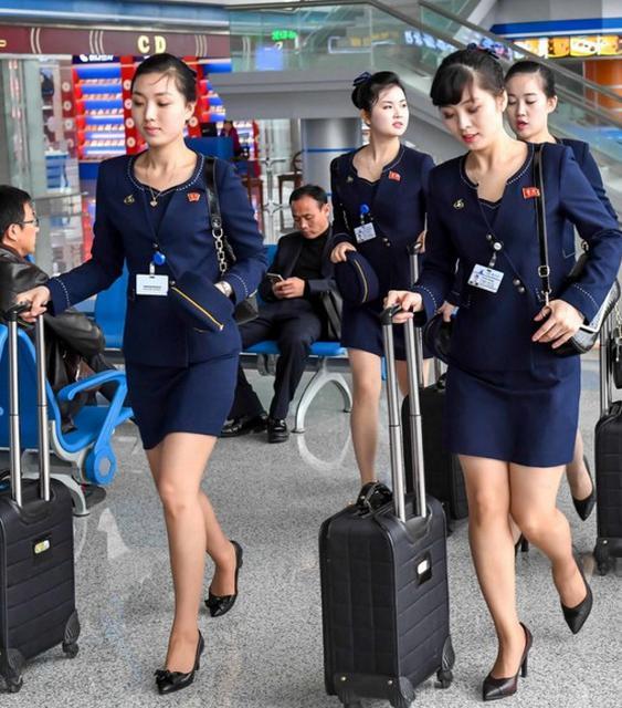 空姐标准_朝鲜空姐着新版制服亮身机场 裙子高度首上膝盖
