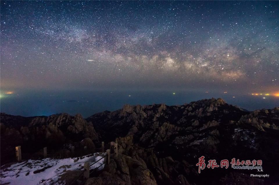 2017年3月2日,摄于崂山丹炉峰。 一般而言,农历二十七至初五月明星稀,是最佳拍摄时间。他表示,4月份银河在23:30分左右升起,以此类推,每往后一个月早升起两小时左右。拍摄地点也有讲究,要选择远离光害的地方,因北半球银心在东南方,所以银河拱桥由北向南横贯天空。