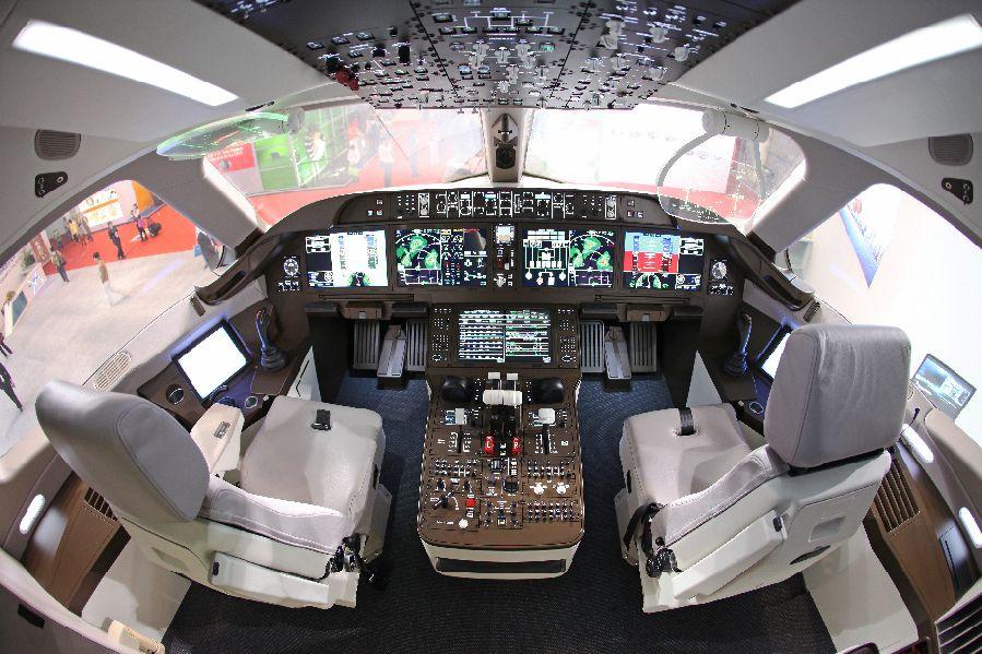 驾驶飞机的照片