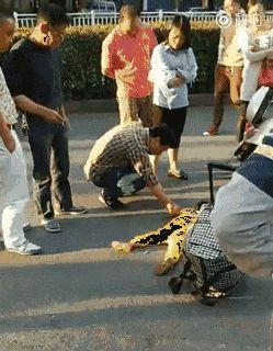 幼女黄色小�_亲妈街头踩踏趴地幼女 怼路人:你好心就砸钱