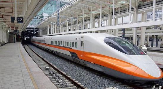 台湾高铁 资料图 海外网5月13日电 台湾高铁发生10年来首次列车跑错轨道事件,台湾高速铁路股份有限公司今天(13日)表示,主因是控制员未设定回送路程,10日当天回送列车无旅客,未影响营运安全。 据台湾中央社报道,10日下午有一列高铁未载客回送列车测试后回到左营车站,但台南站控制员没完成设定,导致转辙器未正确设定路径,列车就直接北上往台南方向开,超过转辙器约1公里后才停下。 台湾高铁表示,这起10年来首次跑错轨道事件确实是人为疏失,当时车上无旅客,未影响营运安全,且高铁列车行进