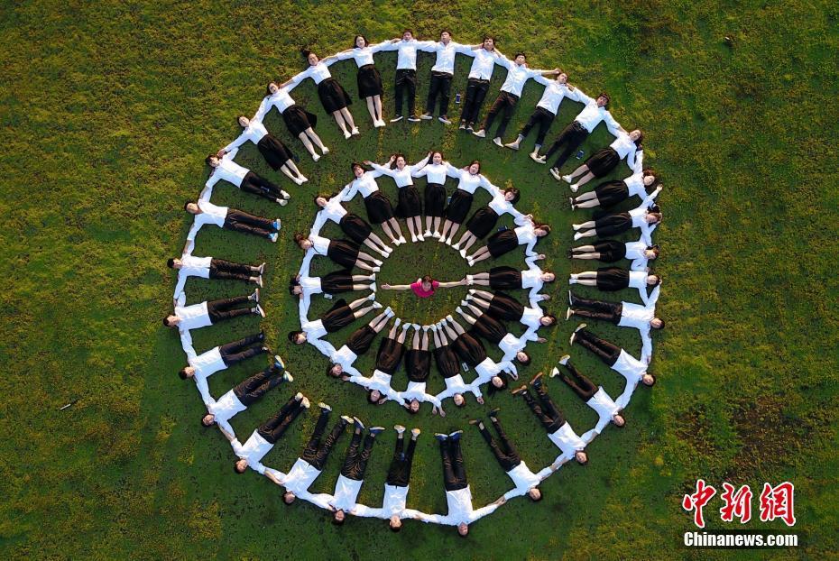 5月26日,航拍的广西三江侗族自治县民族高中高三学生创意毕业照.图片