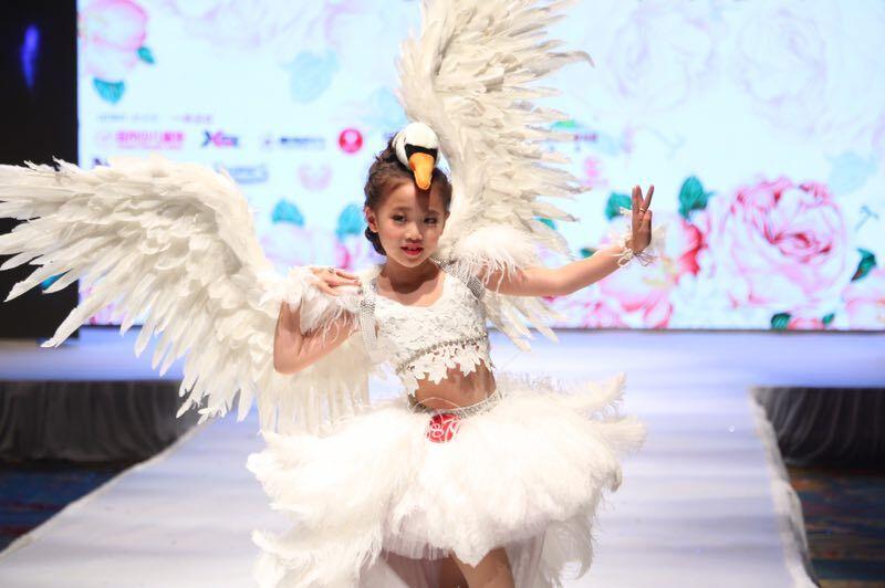第六届中国少儿时装模特大赛举行 萌娃t台走秀