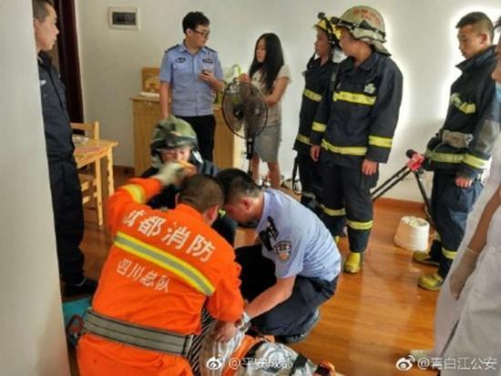 成都女子感情受挫欲轻生 消防员索降解救反被咬