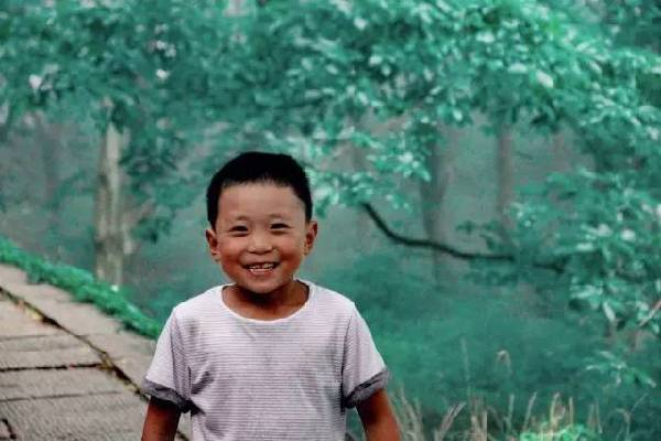 卖冰棍男孩小磊磊圆梦游崂山 他的笑依旧灿烂