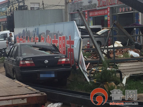 青岛一吊车起吊钢梁时钢梁突掉落 轿车被砸瘪