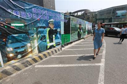交警执勤图上了公益广告牌 每张都有感人故事
