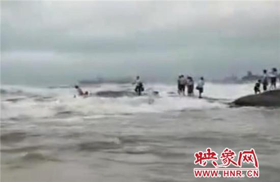 日照灯塔风景区多名游客被卷入海