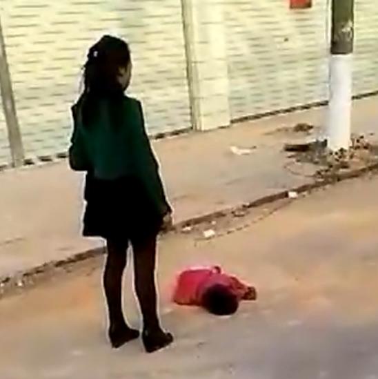 虐女_恶母当街虐打2岁女儿