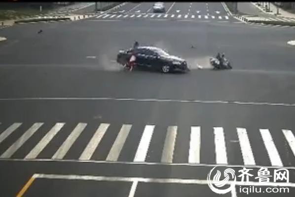 摩托车司机酒驾闯红灯被撞飞(视频截图)