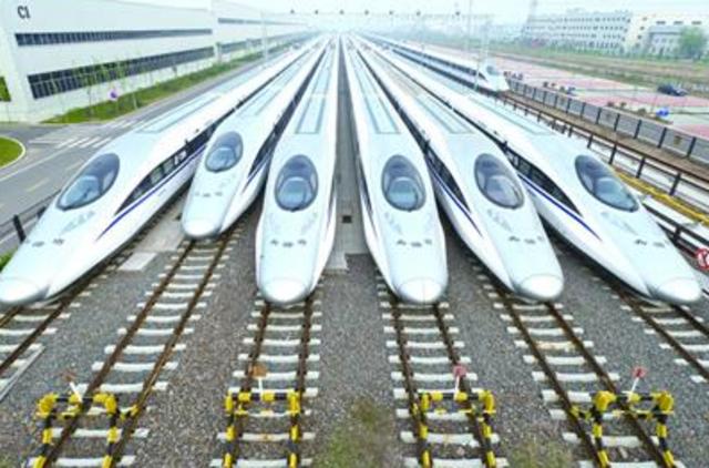 原标题:青岛造磁浮列车时速追赶飞机 国家高速列车技术创新中心在青启动建设 引领高速列车制造业新高度   高端装备制造是国民经济的脊梁,是科技创新最高水平的代表。近年来,在大国重器中,青岛元素频频闪现,其中最闪亮的莫过于高速列车。今年,科技部、国务院国资委还正式批复青岛市和中国中车以青岛为核心区域联合建设国家高速列车技术创新中心,这是全国科技创新大会后国家科技部、国务院国资委共同推动建设的第一个国家技术创新中心,标志着首个国家技术创新中心的建设在高铁领域正式启动。近日,记者还从青岛市科技局获悉,由中