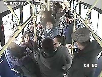 乘客无意压了头发引发车厢大战 四人大打出手